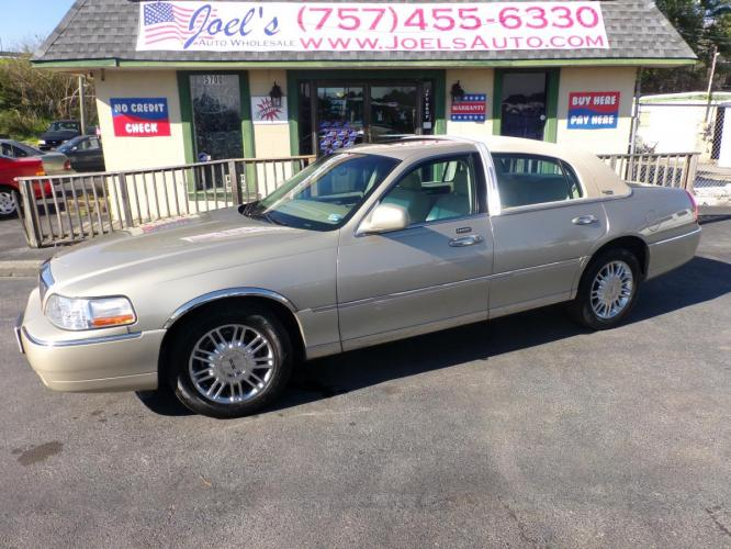 2006 Gold Lincoln Town Car Signature Limited (1LNHM82V26Y) with an 4.6L V8 SOHC 16V FFV engine, 4-Speed Automatic Overdrive transmission, located at 5700 Curlew Drive, Norfolk, VA, 23502, (757) 455-6330, 36.841885, -76.209412 - Photo #0