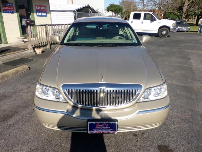 2006 Gold Lincoln Town Car Signature Limited (1LNHM82V26Y) with an 4.6L V8 SOHC 16V FFV engine, 4-Speed Automatic Overdrive transmission, located at 5700 Curlew Drive, Norfolk, VA, 23502, (757) 455-6330, 36.841885, -76.209412 - Photo #1