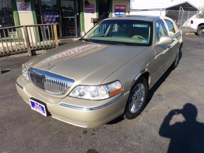 2006 Gold Lincoln Town Car Signature Limited (1LNHM82V26Y) with an 4.6L V8 SOHC 16V FFV engine, 4-Speed Automatic Overdrive transmission, located at 5700 Curlew Drive, Norfolk, VA, 23502, (757) 455-6330, 36.841885, -76.209412 - Photo #2