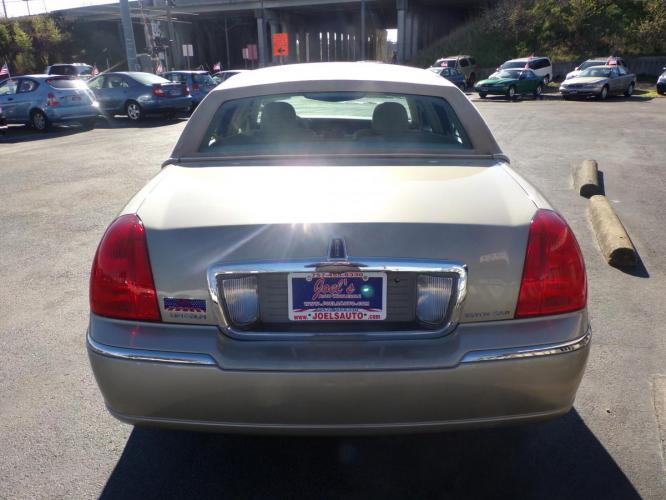 2006 Gold Lincoln Town Car Signature Limited (1LNHM82V26Y) with an 4.6L V8 SOHC 16V FFV engine, 4-Speed Automatic Overdrive transmission, located at 5700 Curlew Drive, Norfolk, VA, 23502, (757) 455-6330, 36.841885, -76.209412 - Photo #10