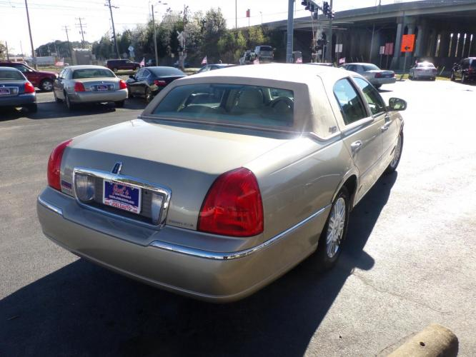 2006 Gold Lincoln Town Car Signature Limited (1LNHM82V26Y) with an 4.6L V8 SOHC 16V FFV engine, 4-Speed Automatic Overdrive transmission, located at 5700 Curlew Drive, Norfolk, VA, 23502, (757) 455-6330, 36.841885, -76.209412 - Photo #11